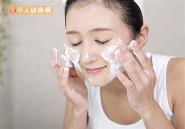 根據門診經驗觀察,高達9成民眾不懂得正確洗臉。
