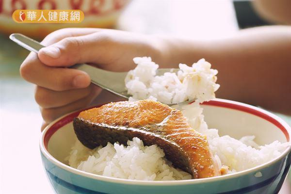 平時多吃點魚,補充omega-3,有助改善兒童注意力不足又過動的情況。