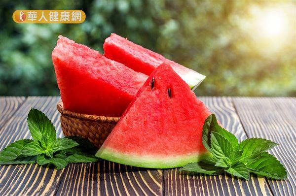 西瓜有清熱解暑和利小便之效,適合濕性體質者食用,但食用時也要注意不過量的原則。