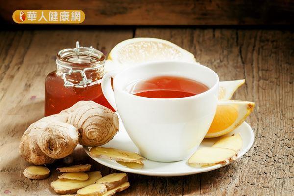 在熱騰騰的紅茶裡加入生薑泥、黑糖或蜂蜜調味成「生薑紅茶」,預防水毒的效果更佳。