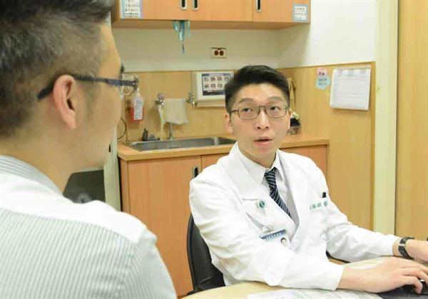 醫師黃韻誠(右)指出,拔智齒年紀越大,手術風險越高。(圖片提供/台北慈濟醫院)