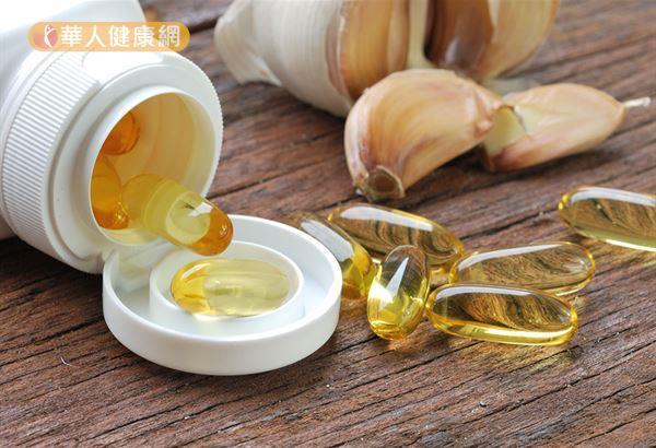大蒜中含有大蒜素、大蒜拉素等物質,具有殺菌作用。