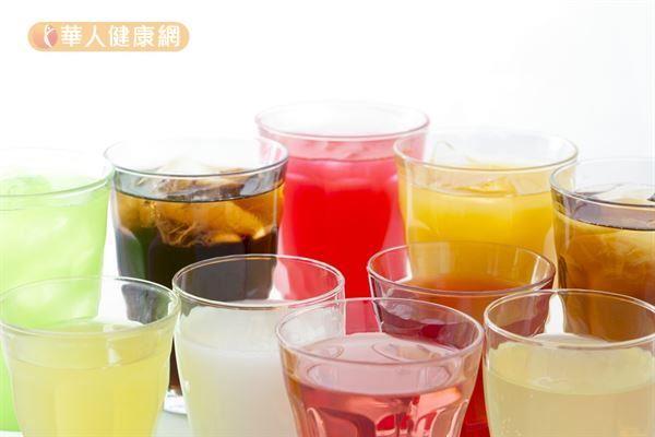含糖飲料雖然低普林,但是卻與痛風呈現正相關,因此也必需注意。