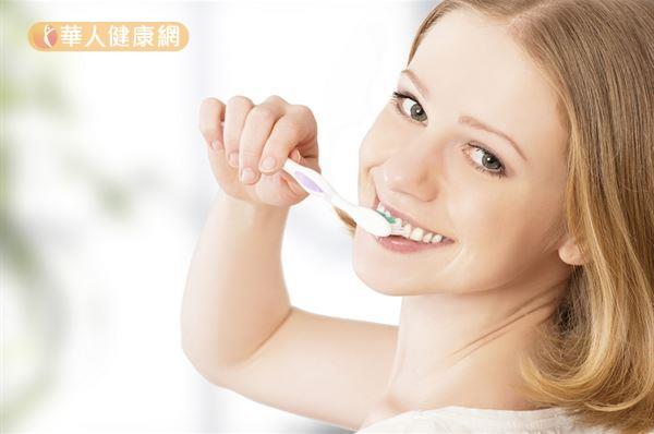 民眾在選購牙刷時,可以挑選「小頭」、「軟毛」的牙刷。