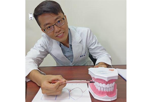 楊宗融牙醫師表示,許多民眾常因為刷牙不正確,出現蛀牙或牙齦萎縮的情形。(圖片提供/衛福部豐原醫院)