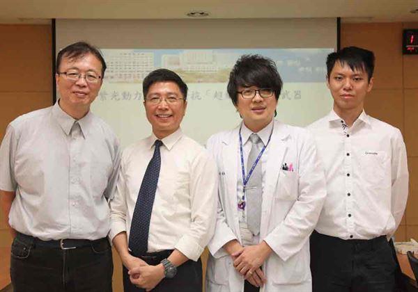圖左起:銘傳大學梁致遠老師、皮膚部王德華醫師共同研發紫光殺菌技術,對抗抗藥性強的超級惡菌。(圖片提供/成大醫院)
