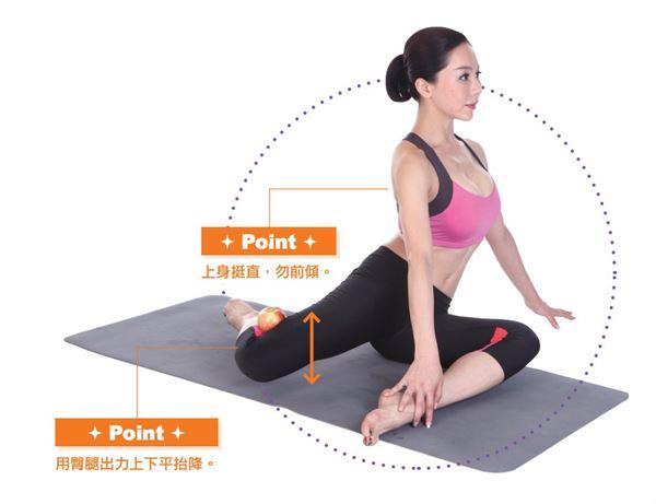 吐氣,用臀部和大腿肌力,水平上抬後腿到極限。前腳踝用手輕壓,避免翹起,另一手扶地,兩手幫助穩定身體重心。配合呼吸「吐上吸下」重覆抬20下,換腿練習。(圖片/蘋果屋出版社提供)