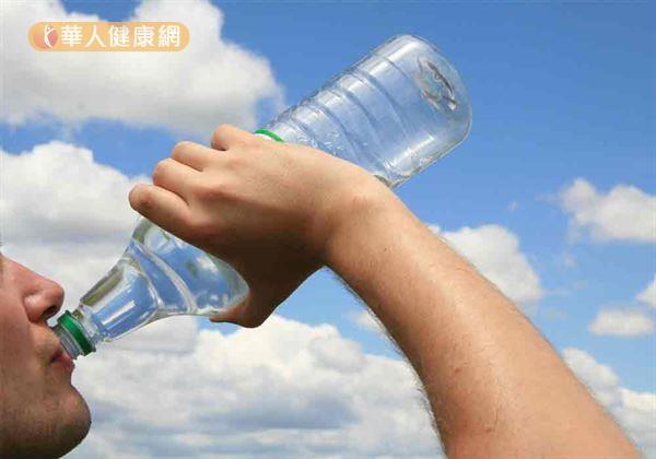值得注意的是,多數民眾使用寶特瓶時,常習慣直接以嘴對瓶口飲用;但寶特瓶瓶口偏小、清潔不易,若每次使用後未適度清潔瓶口,便容易有細菌大量滋生蔓延的疑慮。
