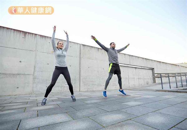 建議在從事預計進行的運動項目前,不妨可適度進行抬腳、開合輕跳、原地小跑步等動態熱身動作,來促進血液循環、放鬆肌肉組織。