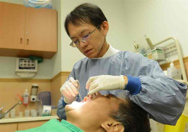 陳建成主任(如圖)指出,年長者牙齒矯正除了美觀外,最主要的考量是為了加強牙齒的咀嚼功能。(圖片提供/台北慈濟醫院)