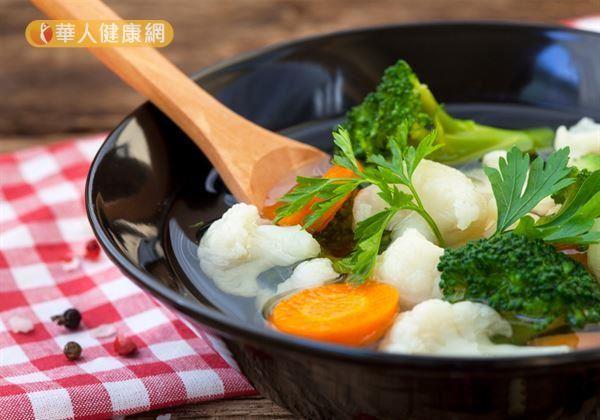 趙順榮藥師提醒,如果真對臭豆腐難以割捨,建議不妨食用後,多吃新鮮的蔬菜和水果,因為含有的植化素可阻斷亞硝胺生成,「腸」保健康。