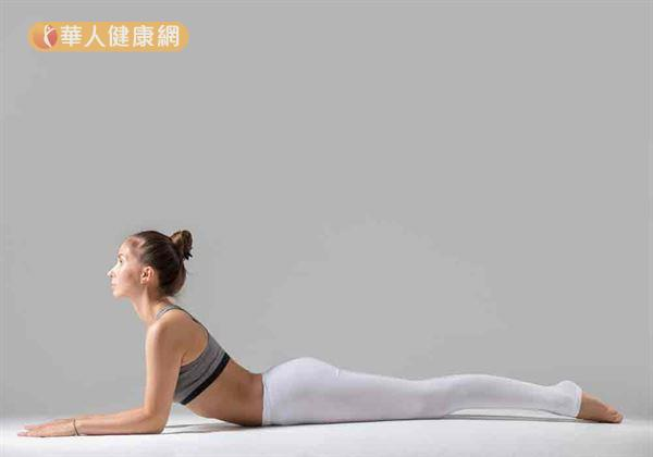 雙手、雙膝抵在棉被上,採俯臥姿勢。雙手貼平床面向前伸直。深吸一口氣後,輕抬下巴,將左側大腿水平向上抬起。