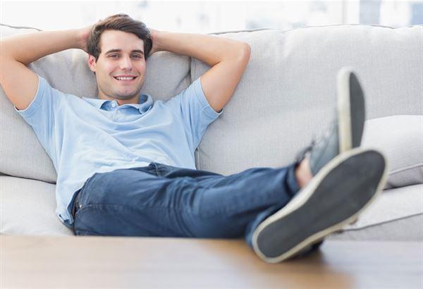 自殘姿勢1:半躺半坐(圖片提供/趨勢文化)