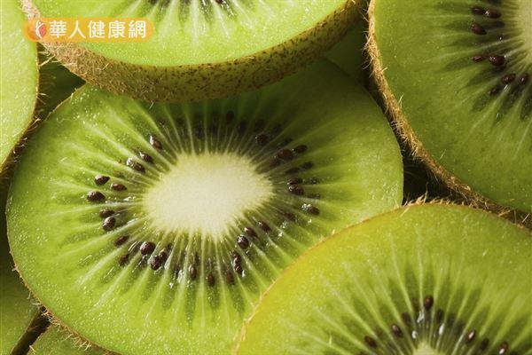 根據食品藥物管理署台灣食品成分資料庫,平均每100公克奇異果含約73毫克維生素C,是水果界中的佼佼者。