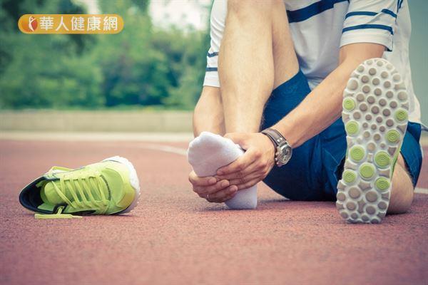 時常走凹凸不平的路面或慢跑跑過頭,都可能導致足底肌膜組織老化。