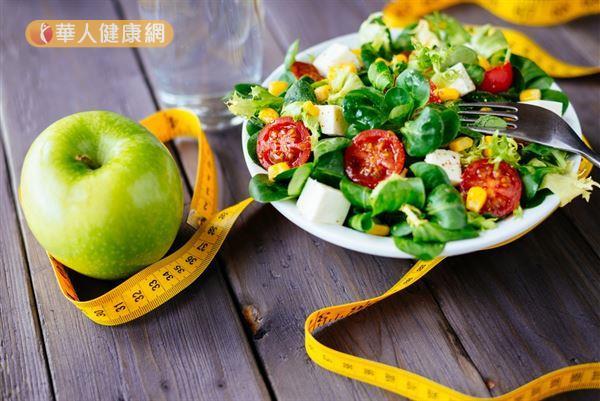 長期吃生菜沙拉減肥,容易讓體質改變、代謝變差導致水腫。