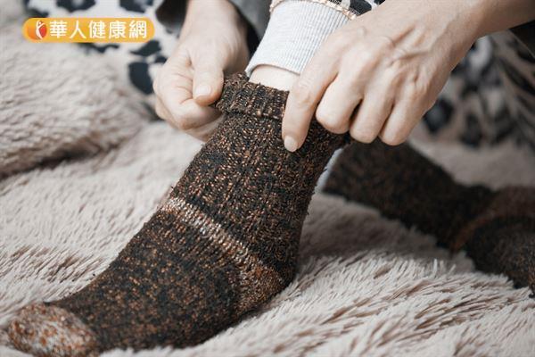 許多人雙腳在冬天容易冰冷,必須穿襪子保暖,但張文馨中醫師提醒,手腳冰冷並非虛寒體質的專利!