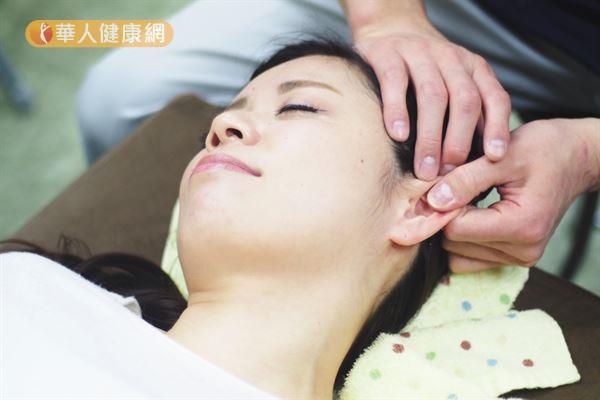 中醫認為經常刺激耳朵穴位,可以調整機體功能、疏通氣血、宣肺化濁和利濕降脂。