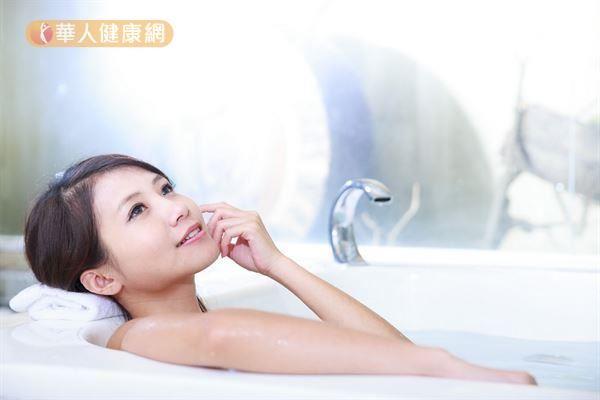 泡澡出汗減肥--透過水的溫熱、水壓與浮力,所以對於人體健康,有很好的療癒效果。